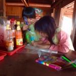 Banlung - Ruedi hat Malzeug mitgebracht und die kleinen machen sich sofort ans Werk