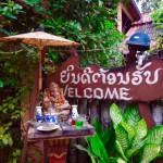 Vientiane - Geisterhäuser vor jedem Haus...